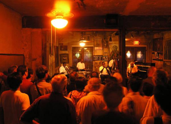 Thưởng thức nhạc jazz ở Preservation Hall - Ảnh: amazonaws