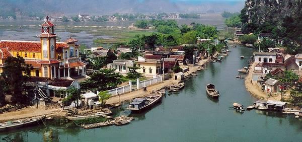 Làng nổi Kênh Gà nằm bên bờ sông Hoàng Long (thuộc xã Gia Thịnh, huyện Gia Viễn), là một địa điểm khá nổi tiếng, không chỉ bởi những ngọn núi khổng lồ bao quanh mà do những người dân địa phương sống trên mặt nước quanh năm. Nơi đây được biết đến với suối nước nóng Kênh Gà - top 5 khu du lịch suối nước nóng thu hút khách nhất ở Việt Nam. Ảnh: Emeraldaresort.