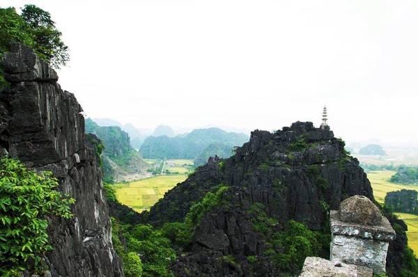 Hang Múa nằm dưới chân núi Múa, trong quần thể khu du lịch sinh thái thuộc địa phận thôn Khê Đầu Hạ, xã Ninh Xuân, Hoa Lư, Ninh Bình. Khi đến với Hang Múa, du khách sẽ phải leo lên 486 bậc thang đá. Nhưng lên đến đỉnh núi, bạn có thể chiêm ngưỡng được toàn bộ vẻ đẹp của khu vực Tam Cốc với những cánh đồng lúa bạt ngàn, xanh mướt. Ảnh: Bùi Trường Chung.