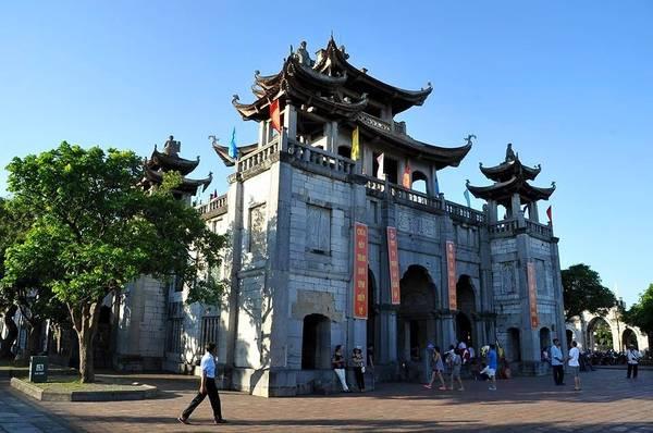Quần thể nhà thờ Phát Diệm gồm một nhà thờ lớn và 5 nhà thờ nhỏ, một phương đình (nhà chuông), ao hồ và 3 hang đá nhân tạo . Nhà thờ Phát Diện là sự giao hòa tinh túy giữa đạo Phật và Công giáo, được thiết kế hình mái cong hệt như đình chùa nhà Phật, cũng là nét kiến trúc độc đáo nhất Việt Nam. Ảnh: Bùi Trường Chung.