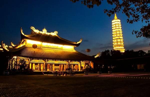 Cách thành phố Ninh Bình khoảng 15 km về phía tây bắc, chùa Bái Đính có tổng diện tích hơn 700 ha và là ngôi chùa chiếm được nhiều kỷ lục, như ngôi chùa lớn nhất Đông Nam Á, ngôi chùa có tháp chuông đồng lớn nhất hay tượng phật Di Lặc lớn nhất... Ảnh: Bùi Trường Chung.