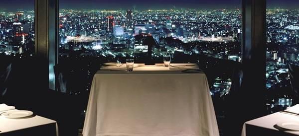 Từ New York Bar, các vị khách có thể phóng tầm nhìn bao quát thành phố. Trích đoạn trong bộ phim cho thấy đây là địa điểm lý tưởng để thưởng thức những ly rượu đêm. Ảnh: Beneathmyshoes.