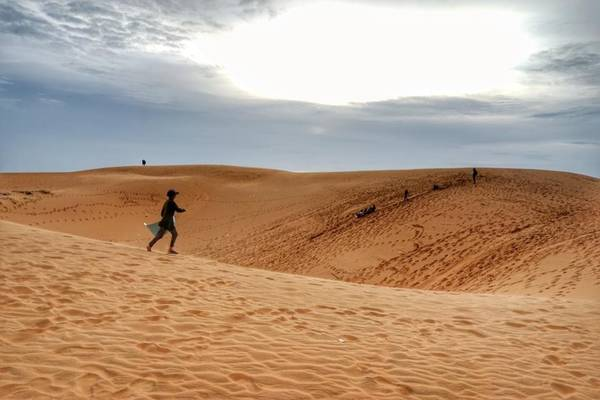 """Đồi cát - Mũi Né: Đây là địa điểm du lịch mà bạn không thể bỏ qua khi tới Phan Thiết. Bạn hãy thỏa sức mình chơi đùa cùng cát, hay đơn giản chỉ là đi chân trần trên những triền cát cao, trải dài mênh mông, đắm chìm trong vẻ đẹp hoang sơ ví như """"sa mạc Sahara"""" thu nhỏ. Ảnh: Đỗ Thái Hòa."""