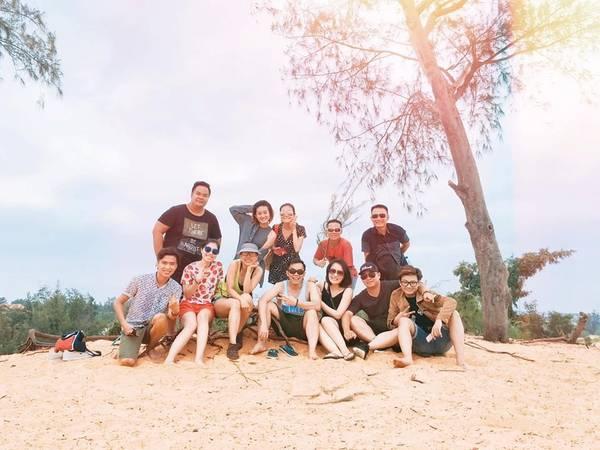 Nhiều du khách đến đây chơi, chụp hình và rất thích thú khi trải nghiệm trò chơi trượt cát bằng ván. Các em nhỏ cho thuê ván trượt một miếng 10.000 đồng. Ảnh: Nguyễn Đình Minh Quân.