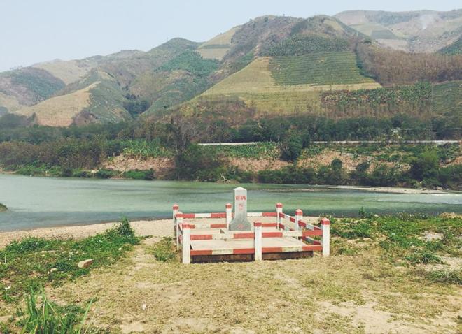 Cột mốc 92 ghi ranh giới Việt Nam và Trung Quốc. Ảnh: Lizliemai.