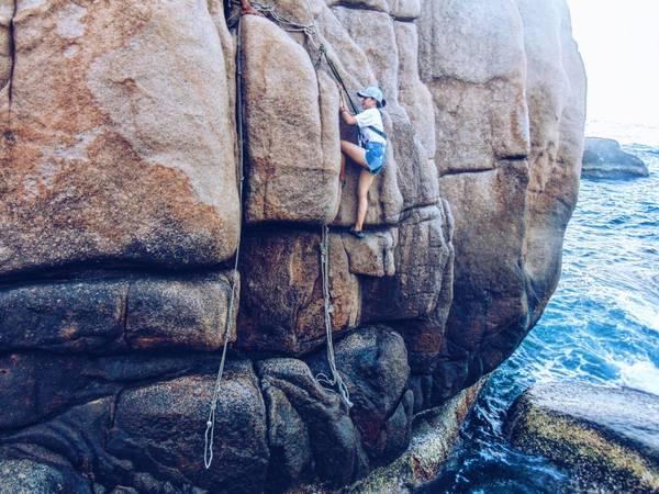 Sáng 3h thức dậy rửa mặt,dọn lều và đi tiếp đoạn còn lại khá khó khăn.Và đỉnh điểm là việc phải trèo lên một tảng đá khá cao để có thể chinh phục được chóp inox đánh dấu tọa độ.