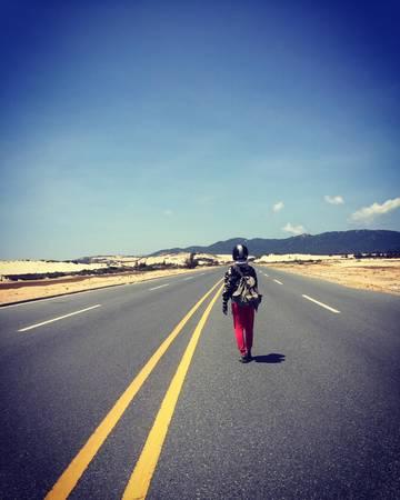 Những con đường thẳng tấp giữa sa mạc cát.