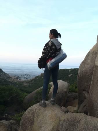 Khung cảnh nhìn từ trên một đỉnh đồi gần bờ biển.