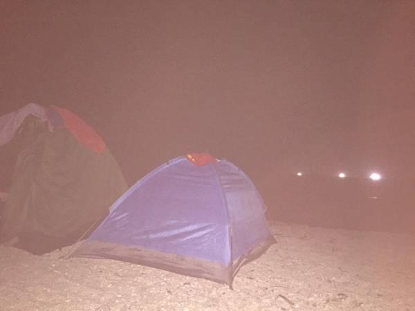 Đêm cắm trại ngủ lều ở Bãi Rạng.Các bạn có thể chuẩn bị trước hải sản để tổ chức BBQ.