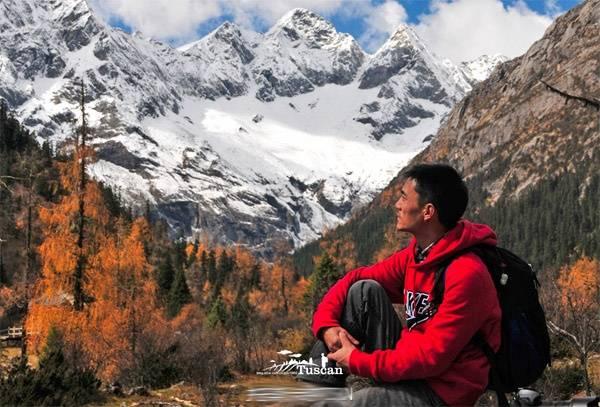 Dừng chân ở Tây Xuyên, nhìn ngắm núi tuyết xa xa.