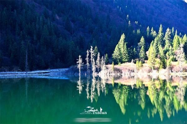 Hồ nước xanh ngắt ở khu vực núi tuyết Đạt Cát.