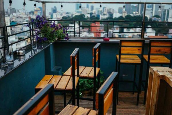Những chiếc ghế gỗ cao xếp theo 3 phía, hướng thẳng tầm nhìn xuống phố phường nhộn nhịp ban đêm giúp bạn vừa thư giãn vừa ngắm nhìn thành phố.