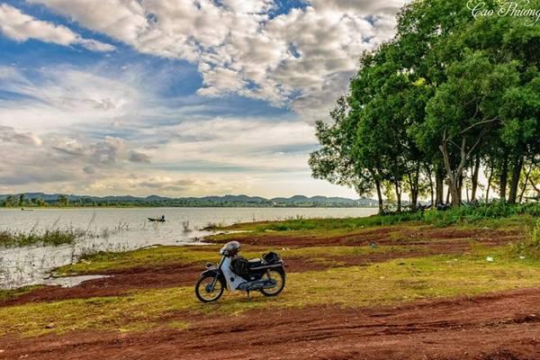 Mỗi mùa, khu vực rừng quanh hồ khoác lên màu áo riêng khiến hồ càng thơ mộng. Nếu đến hồ vào tháng 6, bạn sẽ được thấy cảnh hồ Eakao cạn nước để lộ ra những vạt cỏ xanh rờn đẹp mắt. Ảnh: Cao Phương.
