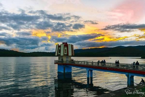 Hồ Tuyền Lâm (Đà Lạt) nằm gần núi Phượng Hoàng. Mặt hồ rộng, nên thơ với sương mù, những ốc đảo xanh ngát. Ảnh: Cao Phương.