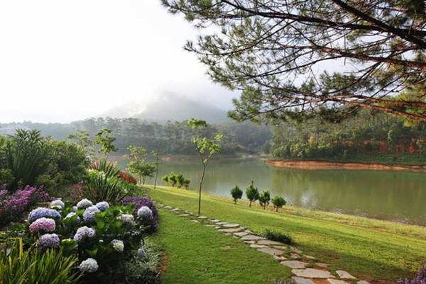 Bạn có thể đi bộ quanh hồ, hay lên thuyền ra đảo, sử dụng các dịch vụ du lịch, ăn uống, nghỉ dưỡng. Ảnh: Làng Bình An.