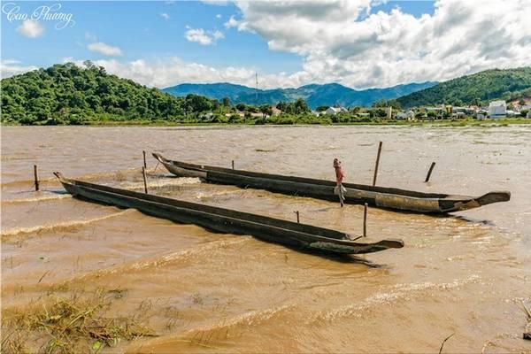 Hồ Lắk (Đắk Lắk) là hồ nước ngọt lớn nhất Việt Nam. Với diện tích 12.000 ha, hồ Lắk là nơi cung cấp nước ngọt cho cả tỉnh và là một địa danh không thể bỏ qua khi đến Đắk Lắk. Ảnh: Cao Phương.