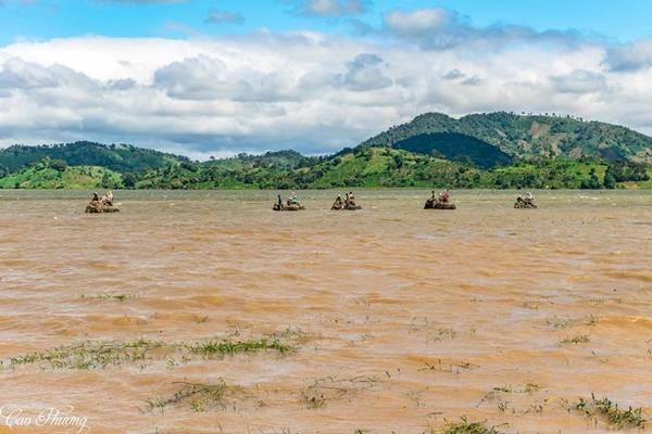 Các trải nghiệm nên có ở hồ Lắk là khám phá bản làng, dong thuyền độc mộc hay cưỡi voi quanh hồ. Ảnh: Cao Phương.