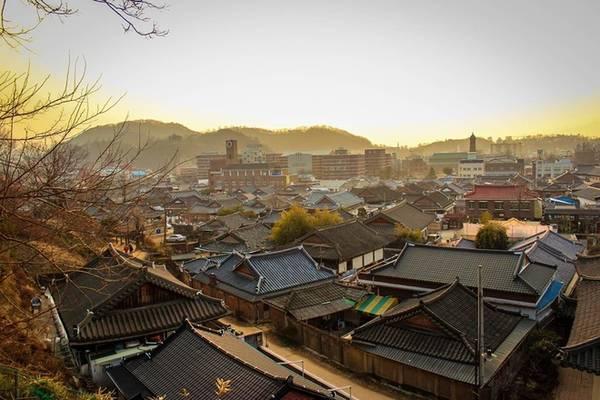 Nằm ở phía nam, cách thủ đô Seoul ít nhất 2 tiếng 20 phút đi tàu nhanh (KTX), Jeonju là một trong những điểm du lịch bạn nên khám phá nếu muốn tìm hiểu về văn hóa Hàn Quốc. Nét cổ xưa còn lưu giữ khá trọn vẹn với những ngôi làng hanok (nhà cổ Hàn Quốc) được xây từ cách đây hơn 500 năm. Ảnh: Chris Anderson.