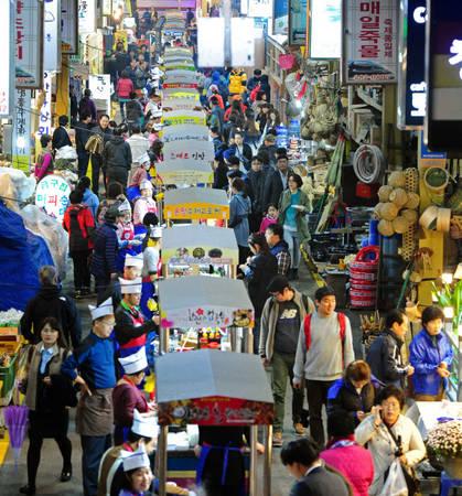 Vô vàn món ăn vặt hấp dẫn như bạch tuộc nướng, bánh hottoek (bánh vỉ nướng), đá bào... trong chợ đêm lâu đời Nambu là điểm dừng chân yêu thích của khách du lịch.