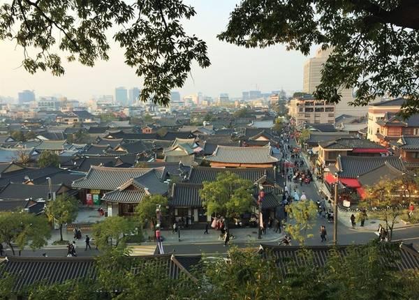 """Nhiều người biết đến Jeonju với tên gọi """"Thành phố sống chậm"""" của Hàn Quốc, bởi ở đây không ai vội vã, hay gây ồn ào. Khu làng cổ nằm len lỏi giữa những tòa nhà cao tầng, nhưng không gian như tách biệt khỏi sự hiện đại, phát triển của thành phố."""