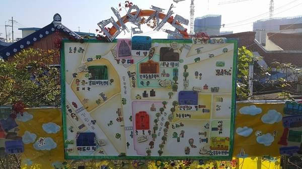 Bản đồ hướng dẫn được mô tả bằng những hình ảnh ngộ nghĩnh, dễ hiểu, giúp khách tham quan dễ dàng định vị vị trí mình cần đến. Nghệ thuật phát triển mạnh mẽ ở thành phố nhỏ này. Mỗi con đường, góc phố đều được trang trí hoặc vẽ rất đẹp. Nhiều lễ hội văn hóa diễn ra hàng năm và du khách có thể tham gia các lớp học làm giấy hanji (loại giấy cổ truyền Hàn Quốc) hay học hát ả đào pansori thú vị... Ảnh: jeonju.kr.