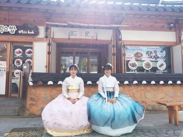 Một trong các hoạt động không thể thiếu khi đến Jeonju là thử hanbok (trang phục truyền thống của Hàn Quốc). So với Seoul thì giá thuê ở đây cao hơn, khoảng 25.000 won (500.000 đồng) cho 2h30 phút. Bạn có thể dễ dàng chọn được một chiếc áo đẹp để hóa thân thành những tiểu thư thời xưa. Ảnh: Mỹ Loan.