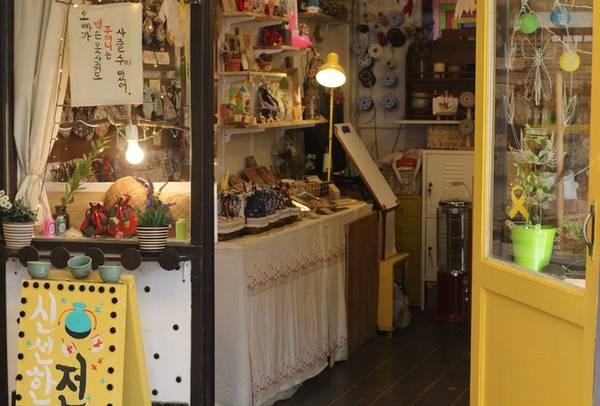 Cửa hàng bán đồ lưu niệm thủ công trong khu làng cổ thu hút nhiều khách vãng lai. Phần lớn sản phẩm ở đây được làm bằng tay tinh xảo và dễ thương, thích hợp để mua làm quà. Ảnh: Mỹ Loan.