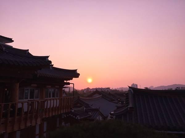 Jeonju mang bạn trở về thời cổ đại, khi nhâm nhi tách trà nóng ở Omokdae (Ngô Mộc Đài) tọa lạc trên ngọn đồi. Từ vị trí này bạn có thể ngắm toàn cảnh khu làng cổ hanok dưới ánh hoàng hôn thơ mộng. Ảnh: Mỹ Loan.