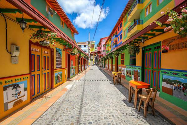 Có rất nhiều thành phố trên thế giới nổi tiếng bởi những tòa nhà đầy màu sắc nhưng có lẽ chẳng nơi nào địch nổi thị trấn nhỏ ở Columbia - nơi được mệnh danh là nơi 'lòe loẹt' nhất thế giới.