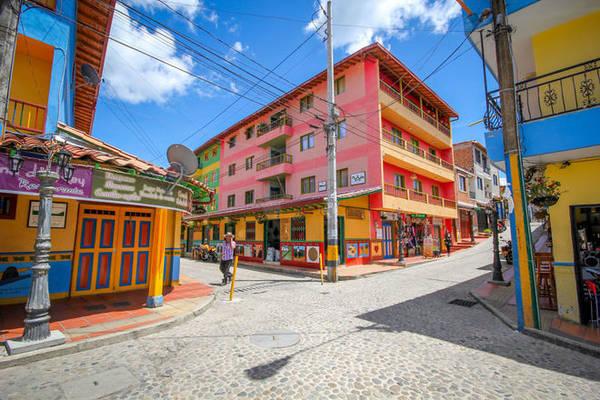 Guatapé nằm ở ngoại ô thủ đô Medellín. Thị trấn này thu hút khách du lịch bởi sự tĩnh lặng, hiền hòa của người dân địa phương nhưng đặc biệt hơn cả là bởi những công trình kiến trúc có màu sắc bắt mắt.