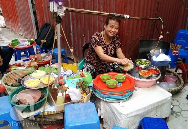 Quán nằm chếch quán cafe Puku chỉ khoảng 15 mét nhìn về phía đường Trần Phú, chỉ mở bán buổi chiều từ khoảng 2 giờ chiều mỗi ngày.