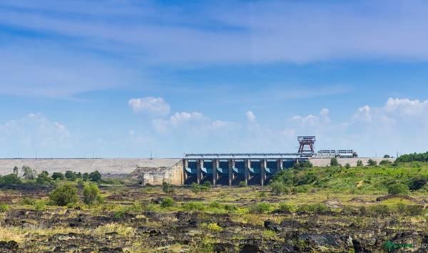 Chỉ mất chừng một giờ 30 phút từ trung tâm Sài Gòn, chúng tôi đã đặt chân đến hồ Trị An, nơi có nhà máy thủy điện cùng tên. Trong ảnh là cửa đập xả lũ của hồ. Khi mực nước vượt mức cho phép, hồ sẽ xả nước xuống phía hạ lưu. Thời điểm xả nước là lúc nhiều người dân địa phương vui mừng vì sẽ đánh bắt được rất nhiều tôm cá, trong đó nổi tiếng nhất ở hồ là cá hoàng đế.