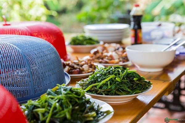Những món ăn đơn giản như rau muống luộc, cá sốt cà, thịt heo chiên giòn hay tô canh chua nóng hổi mà ăn giữa không gian mát mẻ của vườn quê càng ngon hơn gấp bội.