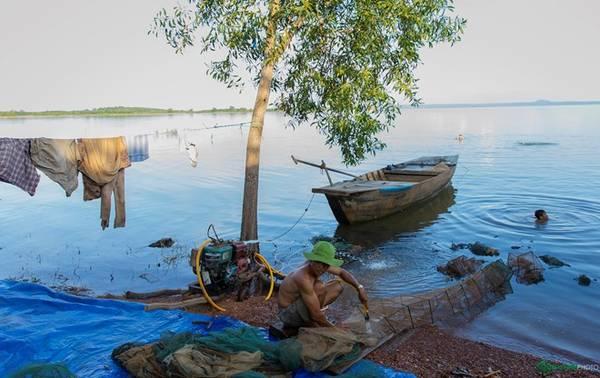 Cuối con đường có một khu dân cư của người bản địa. Họ sống chủ yếu bằng việc khai thác lâm sản rừng hợp pháp, khai thác đánh bắt các loài thủy hải sản trong lòng hồ Trị An.
