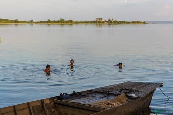 Những đứa trẻ vui đùa trong sóng nước.