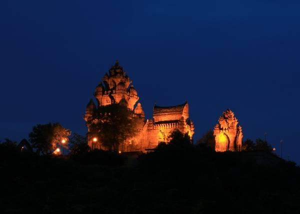 Trong số những di tích còn sót lại đó, ngôi tháp mang tên vua thần Po Klong Garai là quần thể linh thiêng và tráng lệ nhất.