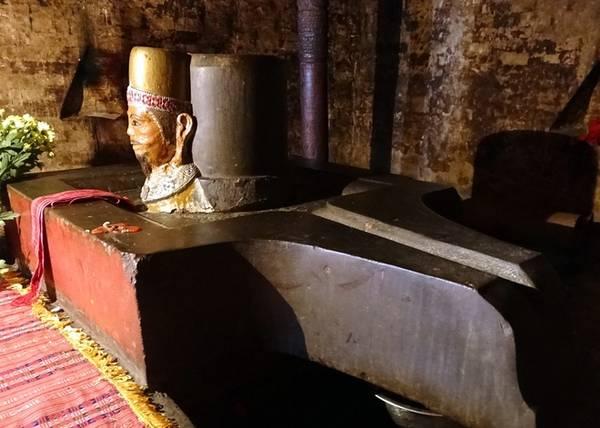 Tháp Po Klong Garai là lăng tưởng nhớ ngài Klong Garai, một vị vua đã được thần thoại hóa. Theo truyền thuyết, mẹ vua là người không rõ lai lịch, được hai vợ chồng già nhặt về từ một bọc vải trên đập Nha Trinh. Bà mang thai vì uống nước trên một tảng đá lớn trong rừng rồi sinh ra một người con xấu xí, khắp mình ghẻ lở và đặt tên là Po Ong. Lớn lên, Po Ong đi chăn trâu và khi ngủ được rồng quấn quanh người, mọi vết ghẻ lở biến mất. Khi nhà vua lúc bấy giờ băng hà, con voi trắng trong triều chạy ra ngoài, tới quỳ phục trước Po Ong và mời ông về triều. Từ đó, dân chúng tôn ông lên làm vua lấy tên Po Klong Garai.