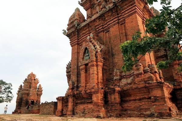 Tháp Po Klong Garai được xây dựng trên đỉnh núi Trầu, cách thành phố Phan Rang, tỉnh Ninh Thuận 5 km về phía tây bắc. Đây là một trong những quần thể tháp Chăm lớn và còn nguyên vẹn nhất tới nay.