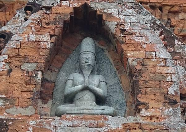 Tháp được vua Jaya Simhavarman III (Chế Mân) xây vào cuối thế kỷ 13. Hiện nay, còn lại 3 ngôi tháp gồm tháp cổng, tháp lửa và tháp chính. Một miếu nhỏ phía tây được người Chăm mới lập sau giải phóng (1975) thờ vợ vua là bà Bia Kol.