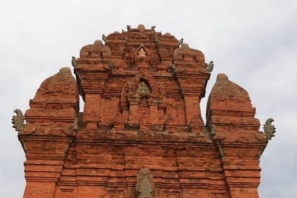 Ba ngọn tháp tiếp nối liên tục theo trục ngang, hướng đông - tây. Từ xa, từng lớp mái nổi dần lên mô phỏng núi Meru trùng điệp cùng các họa tiết lá nhĩ.