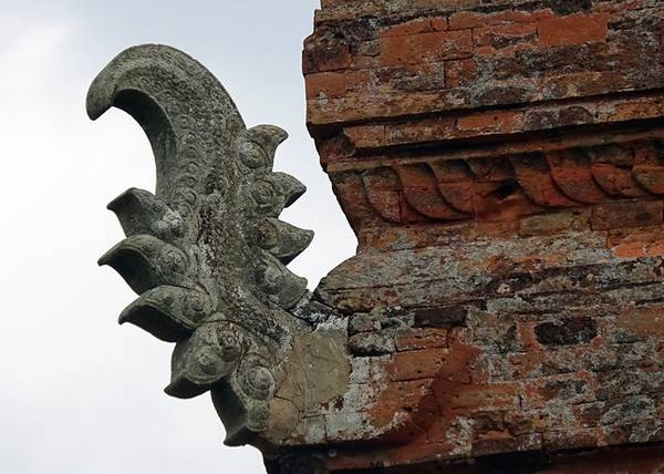 Đáng chú ý nhất trong kiến trúc tháp là hệ thống điêu khắc trên mái tháp chính. Mọi tháp Chăm đều có mái mô phỏng núi Meru trong thần thoại Ấn Độ. Tại Po Klong Garai, từng lớp mái chồng lên nhau xen lẫn tượng điêu khắc ẩn hiện từ 4 phía, hay phù điêu người ngồi ẩn vào trong từng hốc lá đề và tượng tiên nhô ra tại các góc.