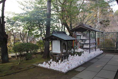 Tượng mèo trong ngôi đền Gotokuji. Ảnh: Sakura house.