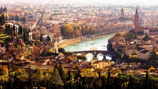 Bức tranh Verona mang đầy nét cổ điển, từ thời La Mã tới Trung cổ, thời kì Phục hưng và đi qua đến cả thời kì Baroque… tất cả đều được lưu giữ trên từng góc phố, căn nhà qua nhiều thế kỉ.