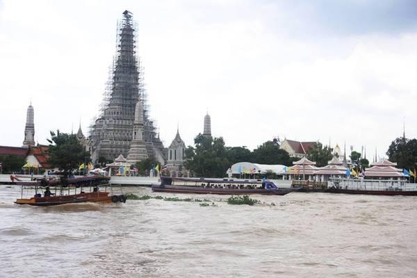 Chùa Wat Arun bênsông Chao Phraya. San San