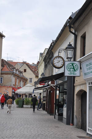 Ít ai biết rằng Zagreb trước đây từng là hai thị trấn riêng biệt với nhiều mâu thuẫn, Kaptol và Gradec. Nếu Kaptol là trụ sở của tu viện, nhà thờ thì Gradec là nơi sinh sống của tiểu thương và thợ thủ công. Phần đất biên giới giữa hai thị trấn vốn được coi là nơi nguy hiểm, nay được lấp đầy bởi những toà nhà và đường phố, biến Zagreb thành một khối thống nhất, liền mạch.