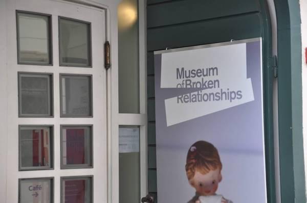 Một trong những điểm đến không thể bỏ qua ở Zagreb là Bảo tàng Thất tình, nơi trưng bày đồ kỷ niệm của các cặp đôi tan vỡ. Những câu chuyện tình mùi mẫn, những kỷ niệm hài hước khó quên giữa các cặp đôi luôn là điều khiến du khách thích thú.