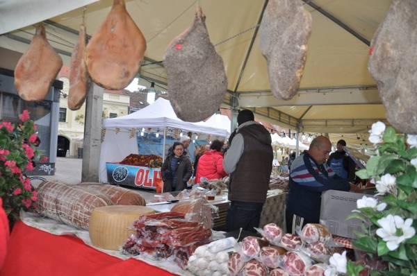 Bên cạnh đó, du khách nên ghé thăm chợ Dolac, thiên đường của những loại rau củ và hoa quả tươi, các loại thịt, phô mai đặc sắc của từng vùng, đủ để níu chân những vị khách khó tính nhất.