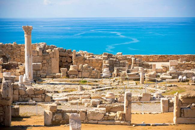 Phế tích Kourion, nơi vẫn còn lại những mảng tường đổ nát của một nhà hát ngoài trời, các biệt thự, nhà tắm hơi gợi nhớ về sự phồn thịnh của một kinh đô cũ.
