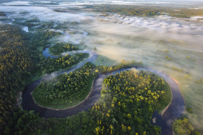 Nhìn từ trên cao, con sông Gauja uốn lượn quanh biên giới Estonia và Latvia vô cùng ấn tượng.