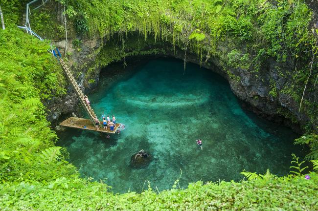 """Du khách thích thú bơi lội ở To Sua Ocean Trench, một """"vũng bơi"""" tuyệt đẹp năm trong một tổ hợp nhiều bể bơi tự nhiên và lỗ phun nước."""
